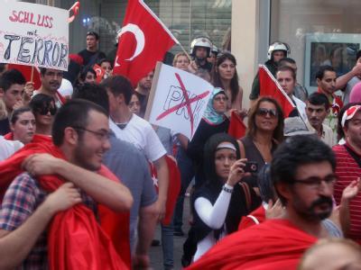 Türken demonstrieren in Stuttgart gegen eine Eskalation des türkisch-kurdischen Konflikts.