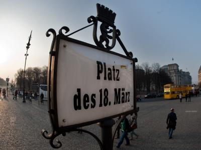 Ein Schild mit der Aufschrift «Platz des 18. März» steht in Berlin auf der Rückseite des Brandenburger Tores. Foto: Robert Schlesinger