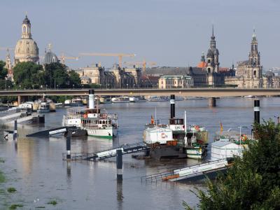 Der Elbepegel erreichte mit 564 Zentimetern in der sächsischen Landeshauptstadt seinen höchsten Wert. Die Schifffahrt wurde eingestellt.