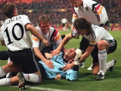 Zwar nur EM: Die deutschen Spieler Hässler, Köpke, Bobic und Bode bejubeln den Sieg über England 1996 trotzdem.