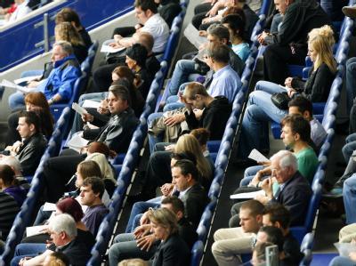Besucher verfolgen im MSV-Stadion in Duisburg die Übertragung der Trauerfeier aus der Salvator-Kirche.