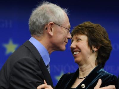 Belgiens Premierminister Herman Van Rompuy und die britische EU-Handelskommissarin Catherine Ashton beglückwünschen sich gegenseitig zu ihrer Wahl. Van Rompuy wird der erste Europäische Präsident, Ashton leitet künftig die EU-Außenpolitik.