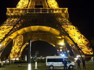 Nach dem Beschluss des Burka-Verbots in Frankreich wurde am Dienstagabend u.a. der Eiffelturm evakuiert.