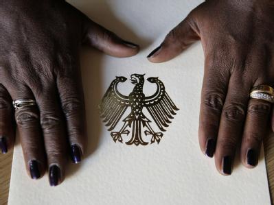 Der deutsche Pass ist bei Zuwanderern wieder stärker gefragt. Foto: Peer Grimm / Archiv