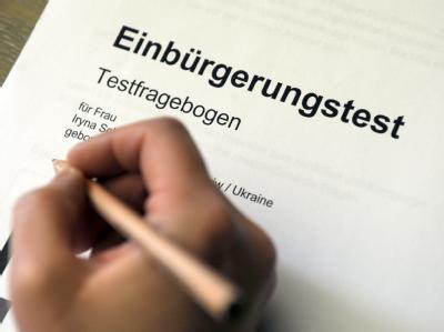 Generalprobe Einbürgerungstest: Auch hier darf geübt werden. Eine Person füllt in Ludwigshafen einen Testfragebogen aus. (Archiv)