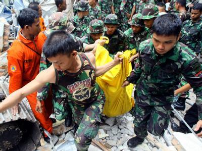 Indonesische Soldaten bergen einen Leichnam aus einem eingestürzten Gebäude in Padang auf Sumatra.