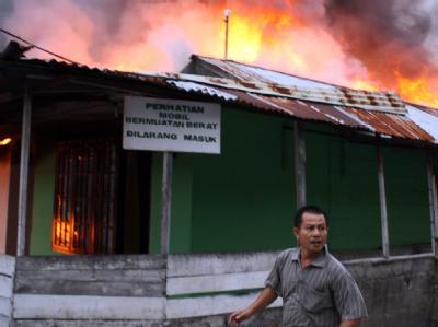 Haus in Flammen nach Erdbeben