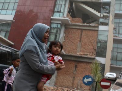 Verzweiflung im indonesischen Padang: Das Beben mit Stärke 7,6 forderte laut Behörden hunderte Tote.