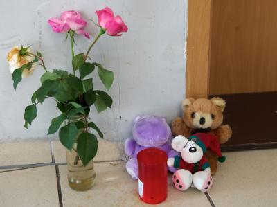 Blumen vor der Wohnung, in der die Leiche einer Mutter und ihr toter zweijähriger Sohn entdeckt worden waren. Foto: Peter Endig/Archiv