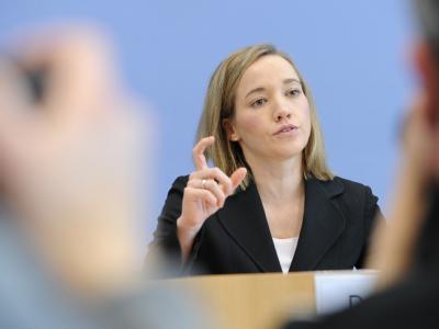 Angesichts der Sparzwänge will Familienministerin Kristina Schröder (CDU) auch beim Elterngeld Abstriche machen.