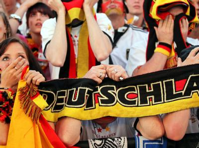 Fans in Berlin bangen mit dem deutschen Team.
