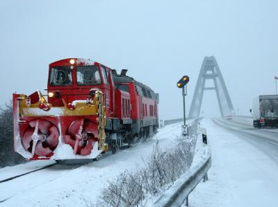 Der Schneeräumdienst der Deutschen Bahn arbeitet auf der Insel Fehmarn.