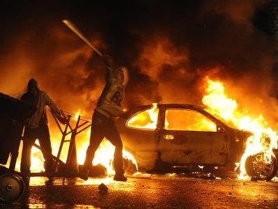 Anti-britische Radikale bewerfen die Belfaster Polizei mit Gegenständen.
