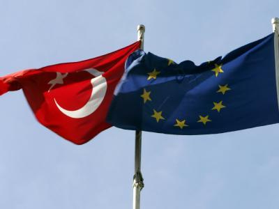 Flaggen der Türkei und der EU
