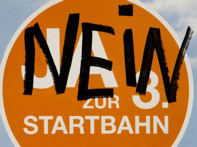 Mit «Nein» übersprühtes Plakat für die 3. Startbahn