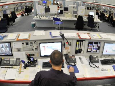 Ein Mitarbeiter im Kontrollzentrum der Deutschen Flugsicherung (DFS) in Frankfurt/Main. Die DFS hat knapp 5900 Mitarbeiter.