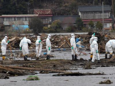 Helfer bei Aufräumarbeiten in der Umgebung des AKW Fukushima.