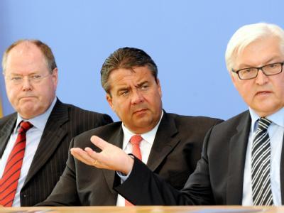 Die SPD-Troika, Steinbrück, Gabriel, Steinmeier, hier gemeinsam im Landtagswahlkampf. Foto: Maurizio Gambarini/Archiv