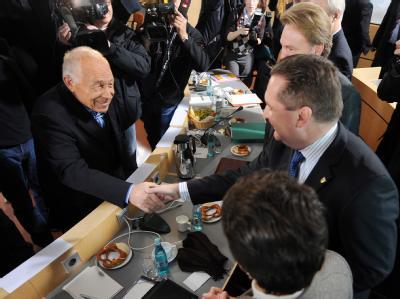 Zum Beginn der Schlichtungsgespräche begrüßt Geißler (l) Ministerpräsident Mappus.