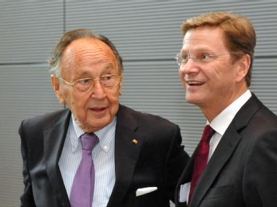 Guido Westerwelle (rechts) und der ehemalige Außenminister Hans-Dietrich Genscher. (Archivbild)