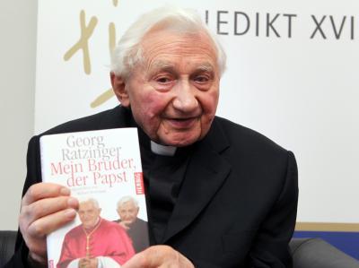 Georg Ratzinger macht sich Sorgen um die Gesundheit des Papstes. Sollte es nicht mehr gehen, legt er seinem berühmten Bruder den Rücktritt nahe.