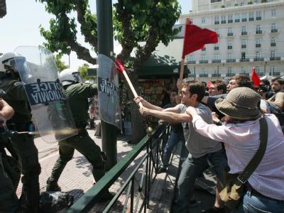 Arbeitslose Lehrer protestieren gegen den harten Sparkurs in Griechenland.