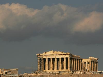 Dunkle Wolken über der Akropolis in Athen.