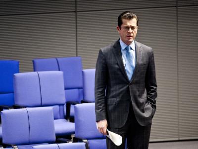 Der Rückhalt für Bundesverteidigungsminister Karl-Theodor zu Guttenberg schmilzt langsam dahin.