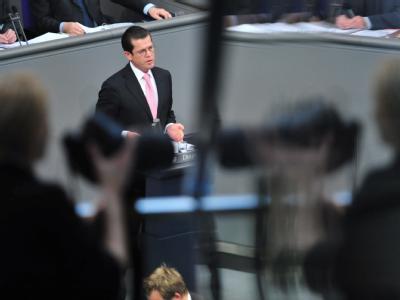Bundesverteidigungsminister Karl-Theodor zu Guttenberg (CSU) spricht in Berlin vor dem Bundestag. Foto: Klaus-Dietmar Gabbert, dpa