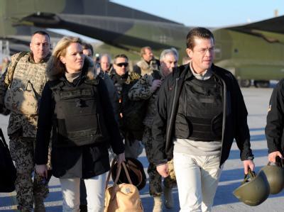 Ist nicht nur auf Zustimmung gestoßen: Verteidigungsminister Karl-Theodor zu Guttenberg und seine Frau Stephanie in Afghanistan.