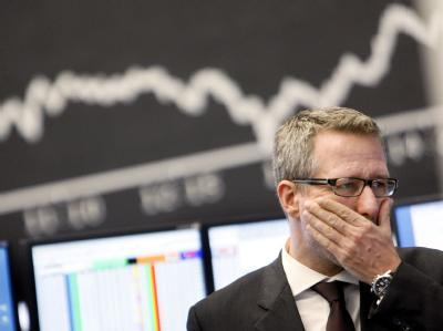 Ein Mann am 15.09.2008 in der Börse in Frankfurt am Main vor der Dax-Kurve. Wie lassen sich die Finanzmärkte sinnvoll kontrollieren?