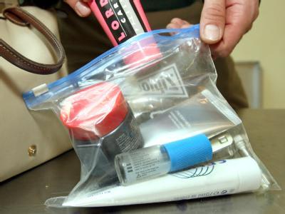 Fluggäste können womöglich von April 2013 an wieder Getränke, größere Cremetuben oder Shampooflaschen im Handgepäck transportieren.