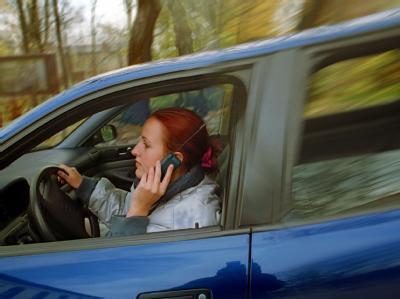 Handy-Telefonieren im fahrenden Auto