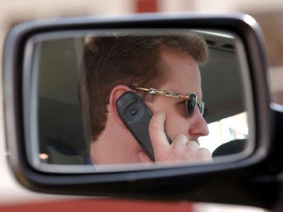 Das Telefonieren mit einem Handy am Steuer könnte künftig mit 80 Euro und zwei Punkten statt wie bisher mit 40 Euro und einem Punkt geahndet werden.