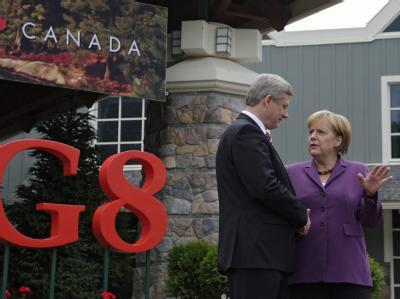 Kanadas Premier Stephen Harper begrüßt Kanzlerin Merkel zum G8-Gipfel.
