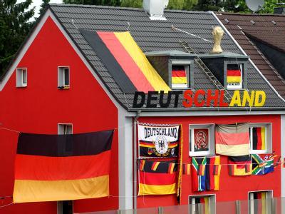 Ein Fußball-Fan hat sein Haus für die WM geschmückt. Was die einen exzessiv feiern, ist anderen ein Gräuel.