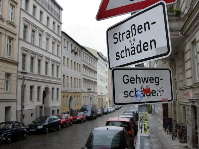 In Berlin sind die Kassen leer - auch für die Reparatur von Straßen und Gehwegen ist nur wenig Geld da (Archiv- und Symbolbild).