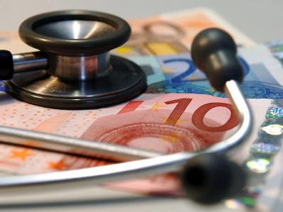 Gesundheitsminister Rösler verteidigt die Erhöhung der Ärztehonorare.