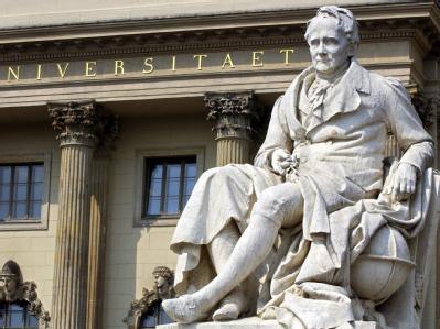 Ein Denkmal für Alexander von Humboldt steht vor dem Eingang der nach ihm benannten Universität in Berlin.
