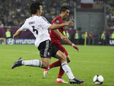 Ronaldo und Hummels beim Kampf um den Ball. Der größte Gewinner beim Auftaktsieg in Lwiw war EM-Debütant Mats Hummels. Foto: Marion Cruz
