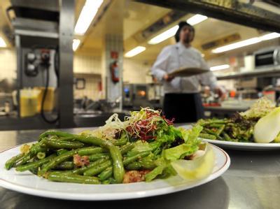 Ausgabentheke in der Küche eines Restaurants: Die Verbraucherminister von Bund und Ländern beraten über die Einführung einer sogenannten Hygiene-Ampel in der Gastronomie.
