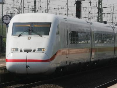 Rund 450 ICE-Passagiere haben bei Karlsruhe mehr als drei Stunden in ihrem Zug festgesessen (Symbolbild).