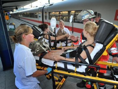 Helfer versorgen im Bahnhof Bielefeld Schüler, die in einem ICE wegen defekter Klimaanlage kollabiert sind.