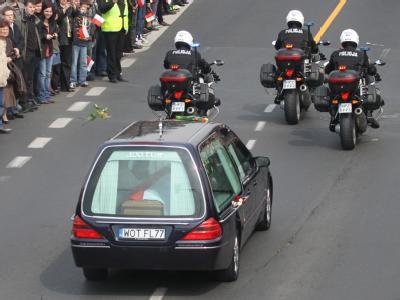 Der Leichenwagen mit dem Sarg von Maria Kaczynska auf dem Weg zum Präsidentenpalast.
