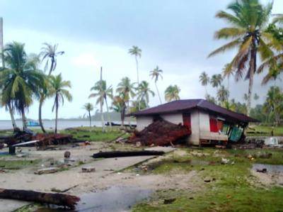 Zerstörtes Haus nach dem Tsunami in Indonesien: Die Hilfe läuft nur schleppend an.