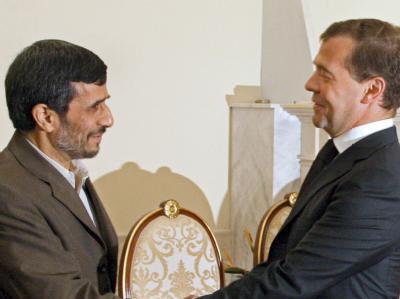 Nicht mehr ganz so gute Freunde: Irans Präsident Ahmadinedschad wirft seinem russischen Amtskollegen Medwedew vor, mit den USA im Konflikt um das iranische Atomprogramm gemeinsame Sache zu machen. (Archivbild)