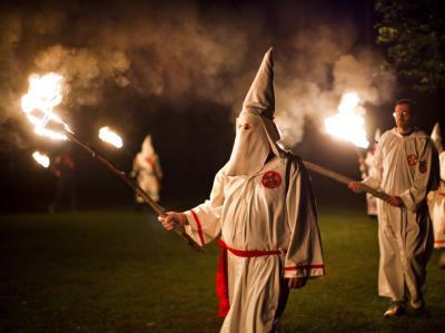 Mitglieder des US-Ku-Klux-Klan bei einer Zeremonie: Zwei baden-württembergische Polizisten hatten Verbindungen zu dem rassistischen Geheimbund . Foto: Jim Lo Scalzo