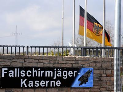 Die Bundesdienstflagge am Haupttor der Fallschirmjäger-Kaserne in Seedorf ist auf Halbmast: Die am Karfreitag im Afghanistan-Einsatz getöteten und verletzten Soldaten waren hier stationiert.