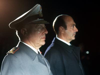 Verteidigungsminister Manfred Wörner (r.) trat 1982 zurück, nachdem sich die Frühpensionierung von General Günter Kießling wegen angeblicher Homosexualität als haltlos erwies.
