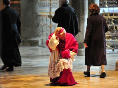 Bischof Mixa kniet am Gründonnerstag beim Betreten des Domes in Augsburg kurz nieder.